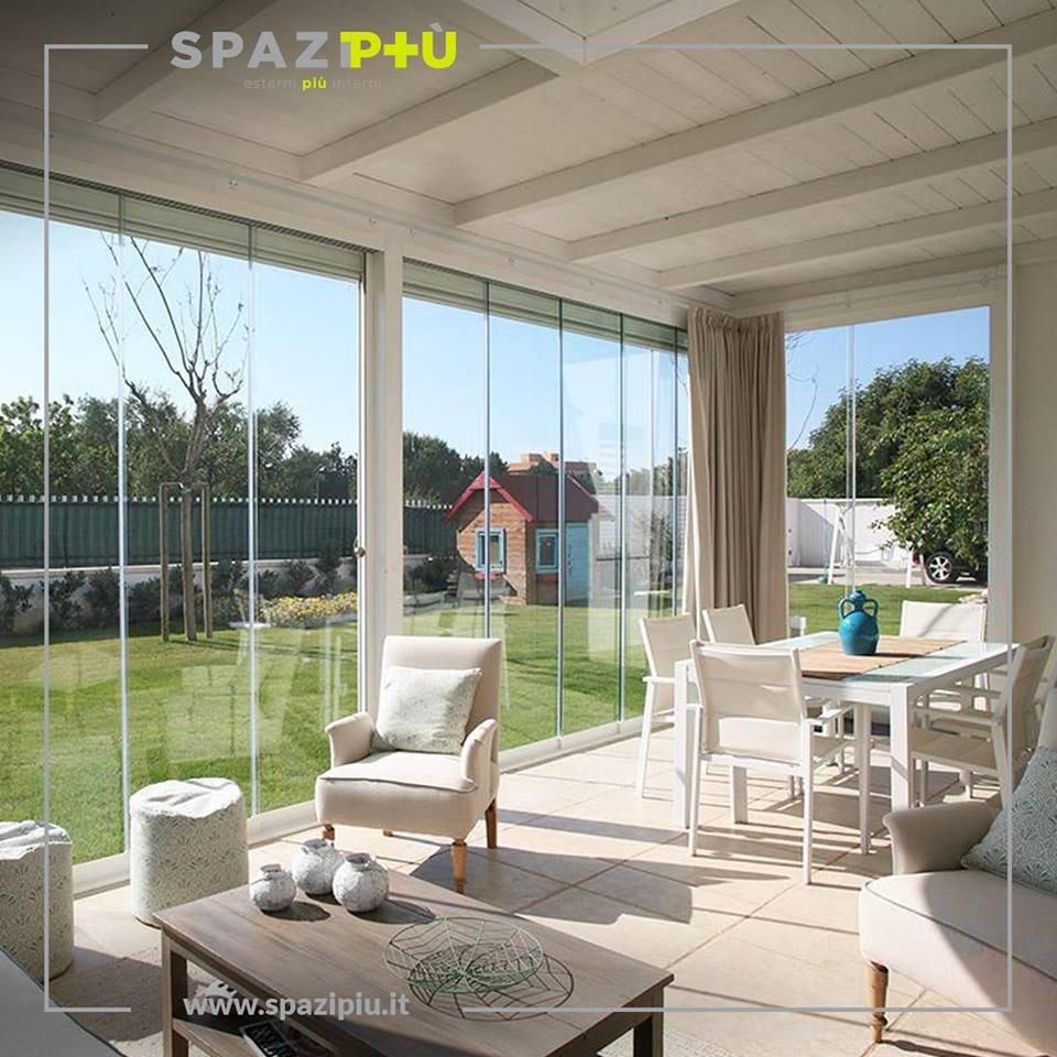 Vetrate scorrevoli per la chiusura di verande portici for Idee di veranda laterale