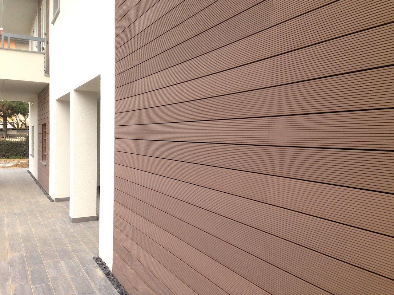 Legno composito marrone tropical colore marrone tropical - Pavimenti da esterno in legno ...