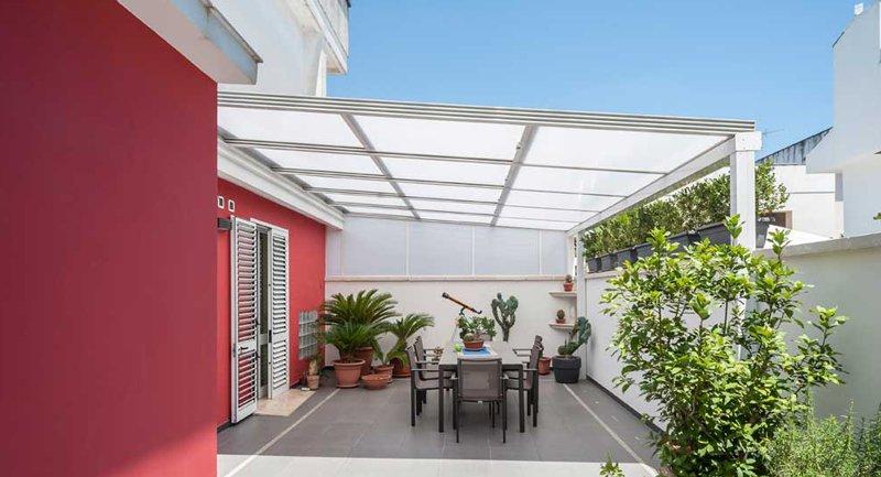 Veranda in alluminio con tetto apribile - copertura in vetro ...