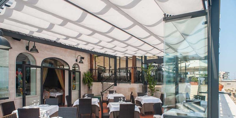 Veranda in alluminio con tetto apribile copertura in vetro policarbonato o pannello cieco - Gazebo terrazzo vento ...